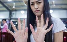 Nghề lạ ở Trung Quốc: Mỹ nữ lột vỏ cua thuê