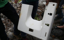 """Vụ MH370: Tìm thấy """"cửa số máy bay"""" bằng nhựa"""
