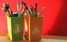Hộp đựng bút ngụy trang trong dáng thùng rác