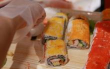 """Cận cảnh quy trình làm sushi """"vừa tươi vừa rẻ"""" giá 5.000 đồng ở Aeon Mall"""