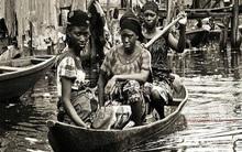 Tới thăm khu ổ chuột trên mặt nước ở châu Phi