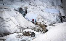 """""""Đắp chăn"""" cho băng tuyết trăm tuổi để tránh bị tan chảy"""