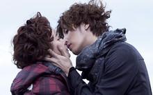 """Cặp đôi Full House 2 """"khóa môi"""" giữa biển"""