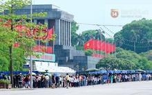 Hàng nghìn người xếp hàng vào viếng Lăng Chủ tịch Hồ Chí Minh nhân kỉ niệm Sinh nhật Người