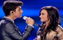 """Cặp đôi Joe Jonas - Demi Lovato tình """"củm"""" trên sân khấu """"American Idol"""""""
