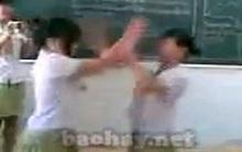 """Lại lộ clip nữ sinh đánh nhau trong lớp như... """"trận đấu vật"""""""