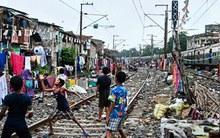 Ghé thăm khu ổ chuột bên đường tàu nơi người dân liều mình với thần chết