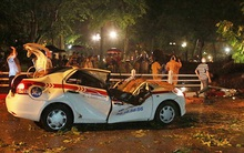 Hà Nội: Mưa dông lớn khiến cây cổ thụ gãy đổ đè bẹp đầu taxi, tài xế tử vong