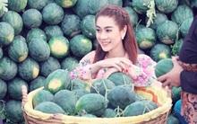 Lâm Chi Khanh diện áo bà ba, chèo thuyền đi chợ nổi miền Tây