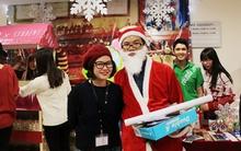 Sinh viên RMIT Hà Nội hóa Ông già Noel đi tặng kẹo miễn phí
