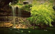 Hồ nước tuyệt đẹp có mái vòm rêu nghìn năm tuổi