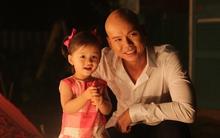 """Con gái Phan Đinh Tùng """"quậy tưng"""" phim trường MV của bố"""