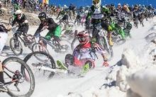 Rợn tóc gáy xem những tay đua xe đạp liều mạng đổ đèo phủ kín băng