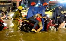 CSGT lội nước đẩy xe giúp dân ở đường dẫn vào sân bay Tân Sơn Nhất