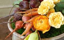 Cắm hoa Tết thật độc đáo với rau và đồ vật lấy từ trong bếp