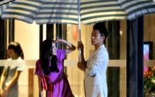 Khải Uy nhổ dù quán nước che mưa cho Dương Mịch
