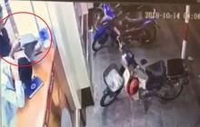 Hà Nội: Ngủ gật ở cửa hàng tiện lợi, thanh niên bị người ngồi cạnh lấy trộm MacBook lúc nào không biết