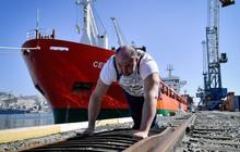 Hulk đời thực: Người đàn ông tay không kéo tàu thủy 11 nghìn tấn, tự phá kỷ lục Guinness của chính mình
