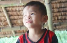 """Bé trai 4 tuổi bị mù một bên mắt ngây ngô hỏi mẹ: """"Lỡ con không thấy đường, bố mẹ có bỏ con không?"""""""