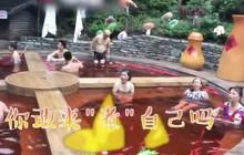 Người Trung Quốc đang kéo nhau đi tắm trong nồi lẩu, ngụp lặn cùng rau củ quả bằng nhựa