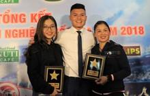 Quang Hải quấn quýt bên mẹ và bạn gái trong ngày nhận danh hiệu Cầu thủ trẻ xuất sắc nhất.