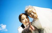 """Cháu gái đóng vai """"ông nội"""", cùng bà 96 tuổi chụp ảnh cưới để hoàn thành tâm nguyện cuối cùng"""
