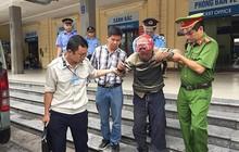 Cụ ông bị lẫn đi lạc, kiệt sức giữa sân ga Hà Nội được các chiến sỹ Công an giúp đỡ