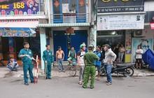 Đối tượng cướp giật cầm mảnh kính vỡ cố thủ trong tiệm bắn cá ở Sài Gòn