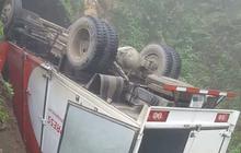 Lào Cai: Xe tải mất lái lao xuống vực rồi nằm ngửa bụng ở độ sâu hàng chục mét