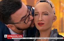 """Robot Sofia có nụ hôn đầu đời với """"bạn trai"""" ngay trên sóng truyền hình trực tiếp"""