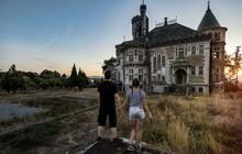 Cặp đôi nhiếp ảnh gia chỉ thích tới các tòa nhà bỏ hoang rùng rợn khắp Châu Âu để chụp ảnh cho nhau