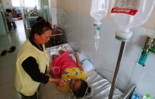 Xót cảnh mẹ một mình nuôi con gái động kinh, 32 năm chỉ biết bò, chân bị cắt cụt và người lở loét đau đớn