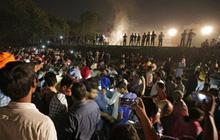 Tai nạn đường sắt ở Ấn Độ: Nạn nhân đứng trên đường ray xem lễ hội, không nghe thấy tiếng còi