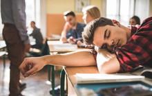 8h sáng mới bắt đầu học nhưng sinh viên tại Anh vẫn phản đối dữ dội khiến trường phải hủy bỏ kế hoạch