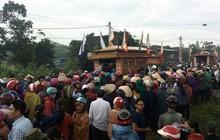 Cơn mưa bất chợt đổ xuống đám tang 4 người một gia đình tử vong