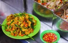 """Những món ăn vặt miền Trung """"hiếm có khó tìm"""" nhất định không thể bỏ lỡ khi đến chợ Bà Hoa"""