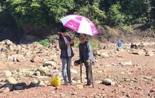 Khoảnh khắc đẹp: Hoa hậu Tiểu Vy mặc đồ giản dị, cầm ô che nắng cho người khuyết tật
