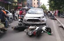 Hà Nội: Ô tô lao sang đường ngược chiều, đâm liên hoàn 4 xe máy khiến 6 người nhập viện