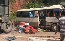 Xe tải đâm nát đầu xe khách khiến 10 người bị thương, công an dùng xà beng đưa nạn nhân ra ngoài