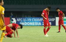 Cầu thủ U19 Việt Nam cúi đầu sau trận thua U19 Australia, chính thức bị loại khỏi giải U19 châu Á 2018