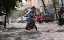 Học sinh Sài Gòn gồng mình lội nước về nhà vì đường biến thành sông sau mưa