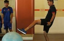 Sau trận thua U19 Australia, thầy trò U19 Việt Nam vui vẻ chơi với bóng hơi trong phòng gym