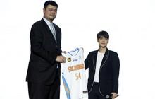"""Hình ảnh thú vị: Sở hữu chiều cao 1m81 nhưng Lý Dịch Phong vẫn chỉ là """"người tí hon"""" khi đứng cạnh Yao Ming"""