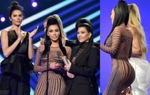 Chị em Kim khoe siêu vòng 3 nóng bỏng lấn át Victoria Beckham và loạt siêu sao trong cùng lễ trao giải