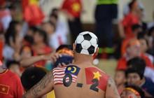 """""""Chiếc lưng tiên tri"""" đoán trúng phóc chiến thắng 2 - 0 của tuyển Việt Nam trước Malaysia"""