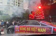 Còn gần 5 tiếng nữa đội tuyển Việt Nam mới ra sân, mà ngay bây giờ cổ động viên đã bắt đầu ra phố
