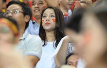 Bạn gái Bùi Tiến Dũng nỗ lực tìm chàng 6 múi của mình giữa đám đông khiến ai xem cũng cảm động