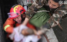 Video: Cận cảnh giải cứu em bé bị đẻ rơi xuống toilet công cộng
