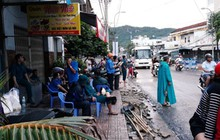 Mưa lũ, sạt lở kinh hoàng ở Nha Trang: Người dân dùng tay đào bới tìm thi thể bé trai và người phụ nữ trong đống đổ nát