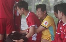 Văn Toàn ngồi lên lòng HLV Hàn Quốc tránh mưa trong buổi tập đầu tiên tại Myanmar